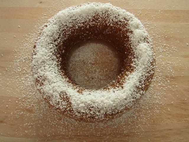 Ricetta cime innevate: ciambella al caffè imbiancata dai fiocchi di cocco