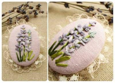 Broche textil reciclando motivos bordados
