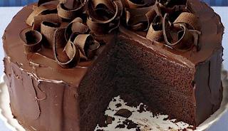 Νόστιμη και εντυπωσιακή τούρτα πικρής σοκολάτας, χωρίς αβγά, με ρούμι και μέλι