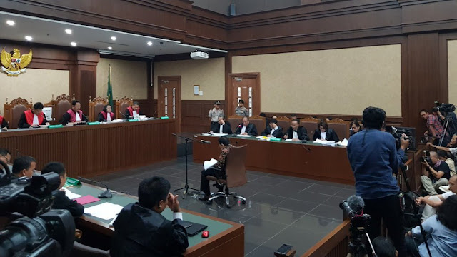 Sidang Korupsi e-KTP: Setya Novanto Gelengkan Kepala Saat Kuasa Hukum Bacakan Eksepsi