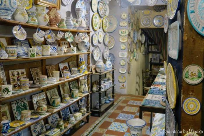 マドリードの陶器屋さんに陳列されるスペイン陶器の小物