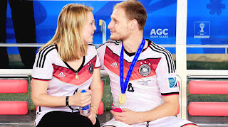 Howedes and his girlfriend Lisa
