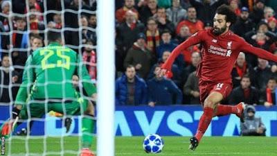 محمد صلاح يسدد الكرة
