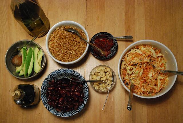 Ingrédients pour buddha bowl epeautre-haricots rouges-avocat-coleslaw-cajou-chorizo