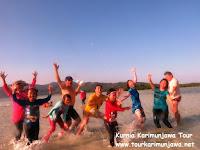 wisatawan bermain di pantai