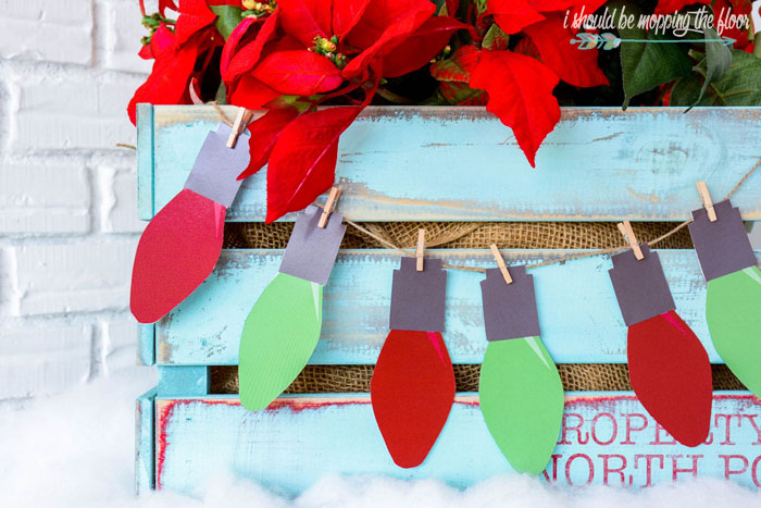 Free Printable Christmas Bulb Banner and Tags | These vintage Christmas bulb prints are perfect in banner form or as gift tags. Instant download.