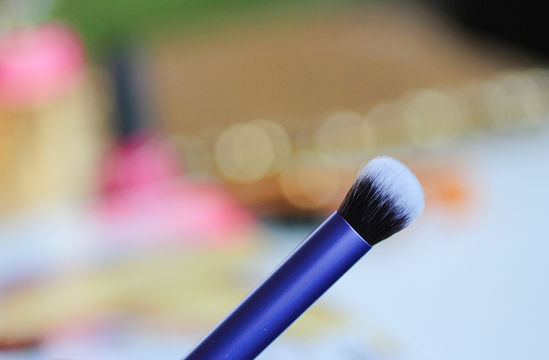 real techniques deluxe crease brush review