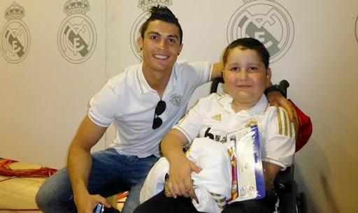 Nuhazet takes a picture with Real Madrid star Cristiano Ronaldo in the Bernabéu Stadium