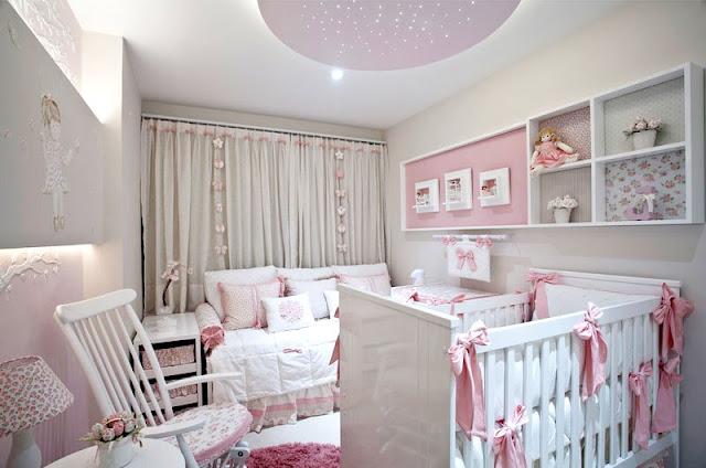 Neste quarto de bebê para meninas destaque para o painel iluminado e nichos forrados com tecidos.