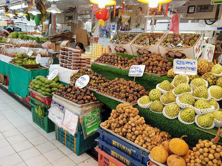 農夫市集堆滿各式蔬果,滿滿的山竹…