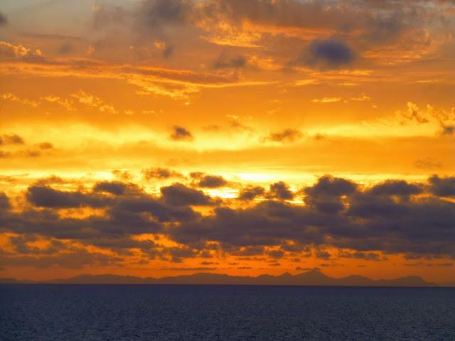 Menorca, atardecer con la isla de Mallorca al fondo
