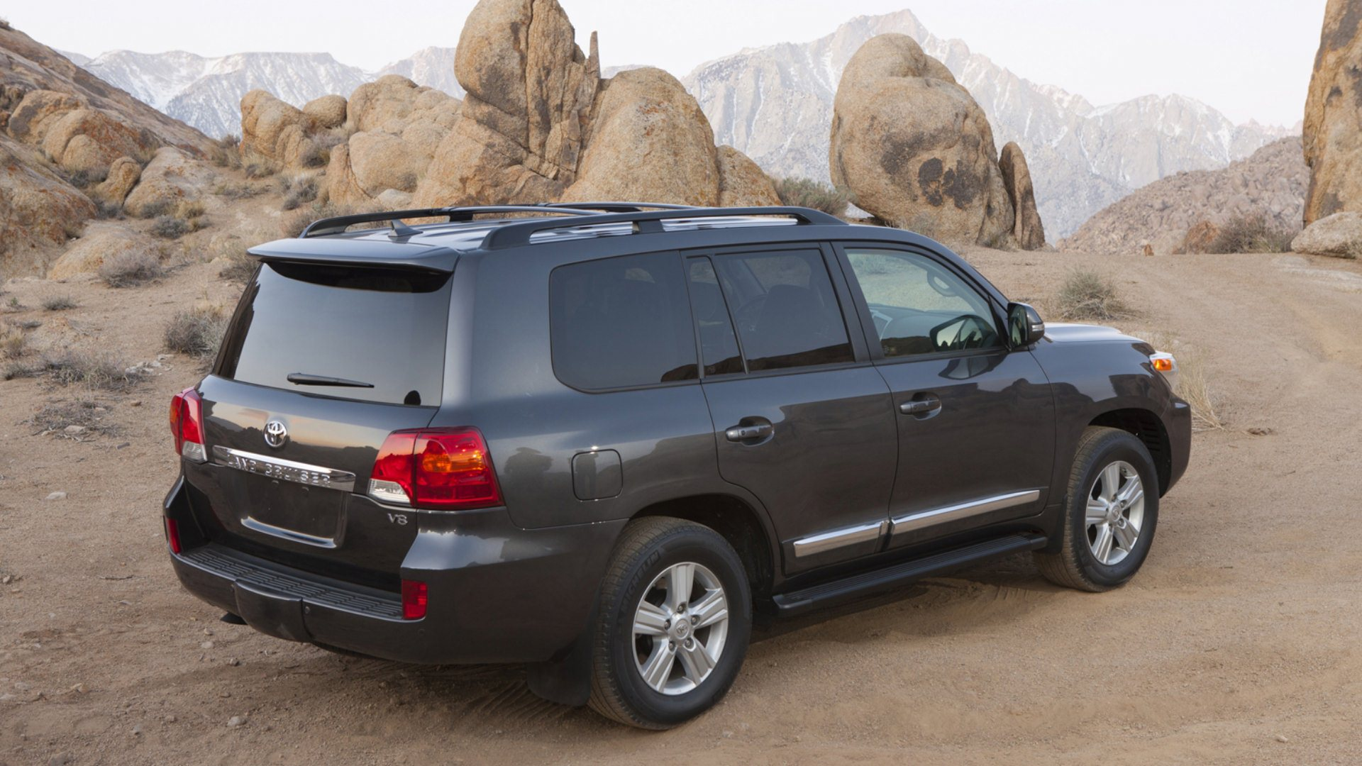 2013 Toyota Land Cruiser HD Wallpapers