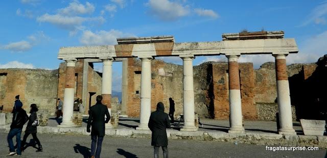 Pórtico do edifício Eumachia, no Fórum de Pompeia