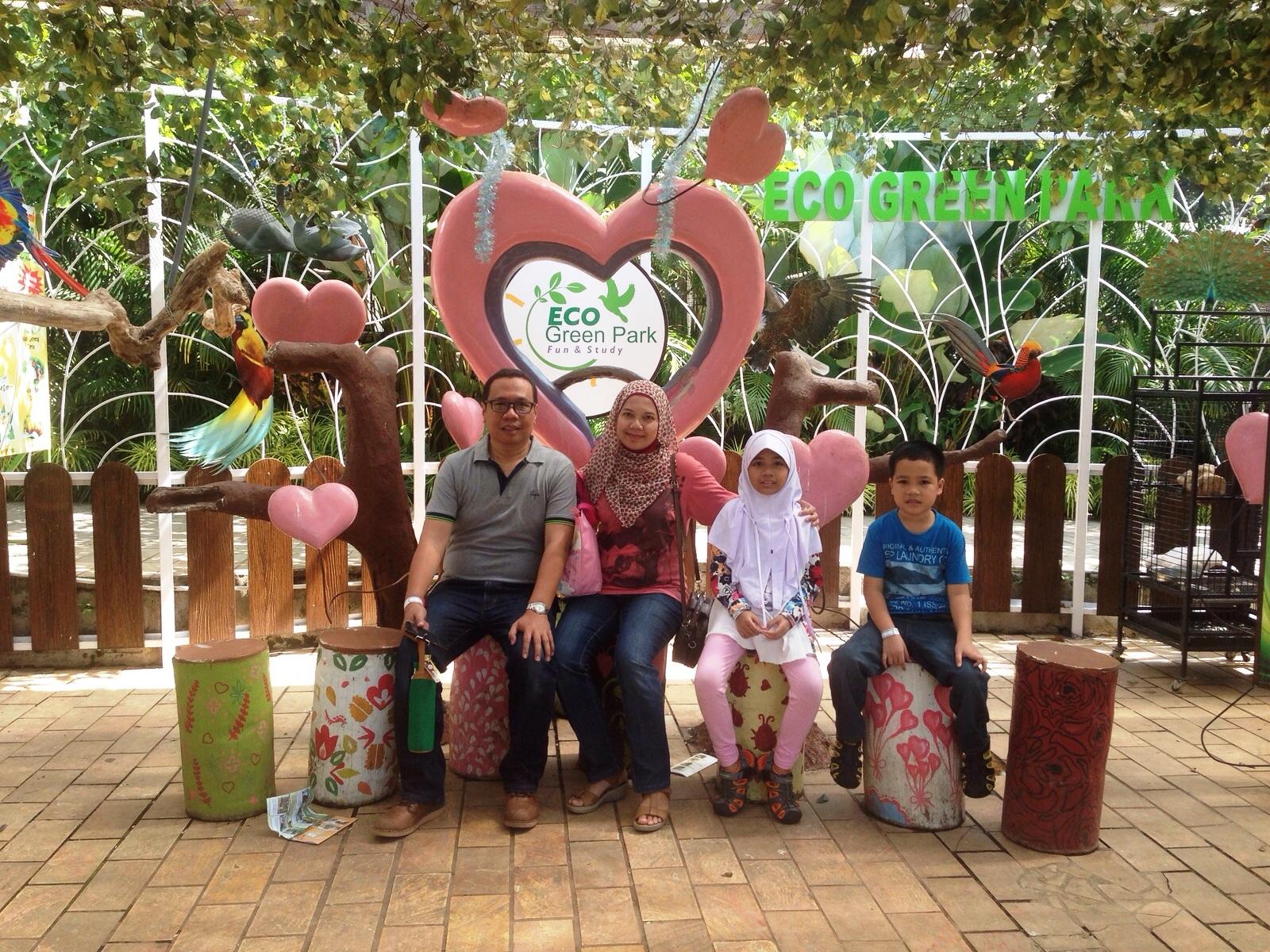 foto keluarga di wisata indonesia eco green park malang nurul sufitri jatim mom lifestyle blogger