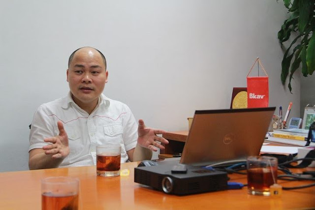 CEO Bkav Nguyễn Tử Quảng trao đổi với PV Dân Việt