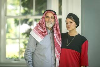 Aziz (Herson Capri) e Dalila (Alice Wegmann): pai e filha, frios e determinados — Foto: Globo