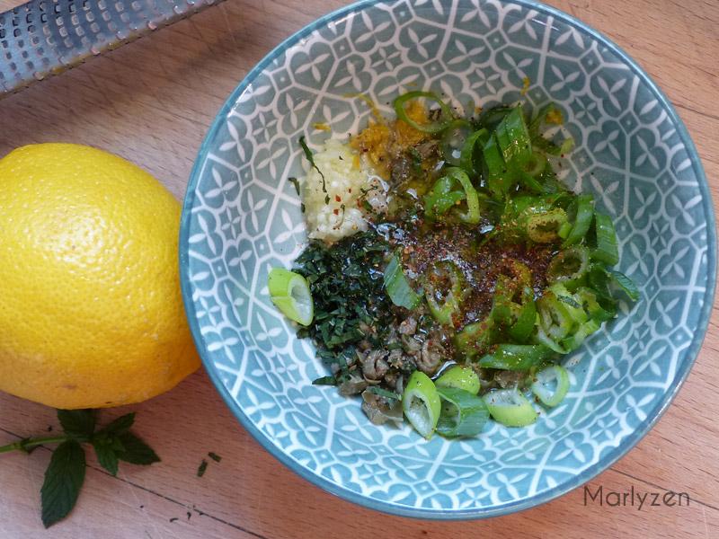 Préparez la sauce à la menthe et au citron.
