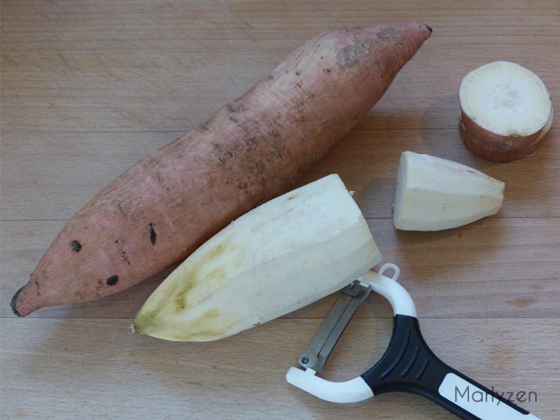 Pelez la patate douce.