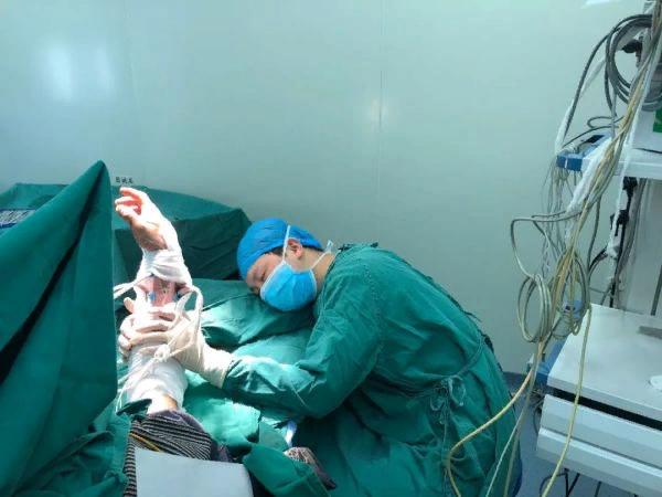 Китайский хирург уснул во время операции, но своё дело он сделал