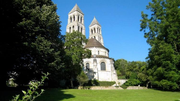 Rosas inglesas en una abadía francesa. Rosaleda David Austin en Abbaye de Morienval, Francia