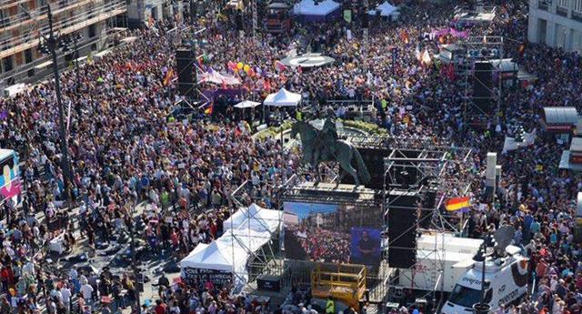 Miles de personas apoyan en Sol la moción de censura de Unidos Podemos contra Rajoy