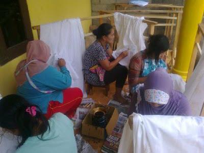 Pelatihan produksi batik di Banyuwangi.