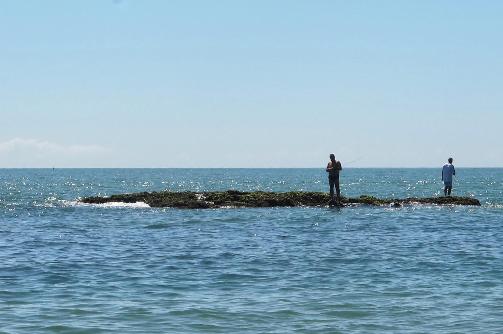 Nativo pescando na Praia Vermelha, em Penha, no litoral catarinense.