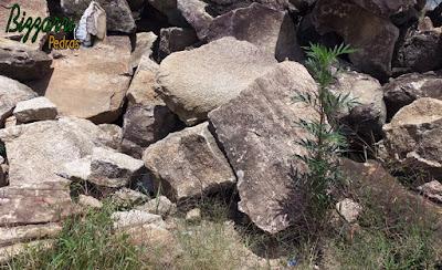 Pedra para construção de gruta de pedra com esse tipo de pedra moledo, tamanhos variados de 30 cm até 1,00 m com essa cor cinza escuro.