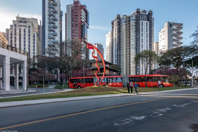 Escultura de Tomie Ohtake na Praça do Japão, com o ônibus expresso ligeirão no fundo