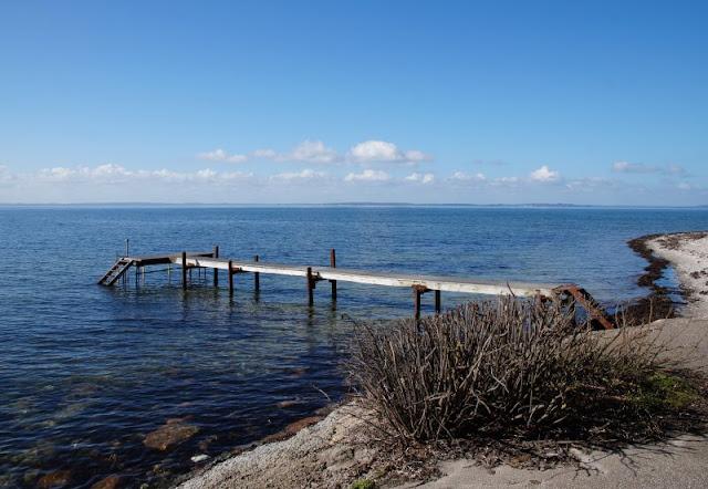 Ein Tagesausflug nach Kegnæs. Am Strand von Sonderby führt ein Badesteg ins Wasser.