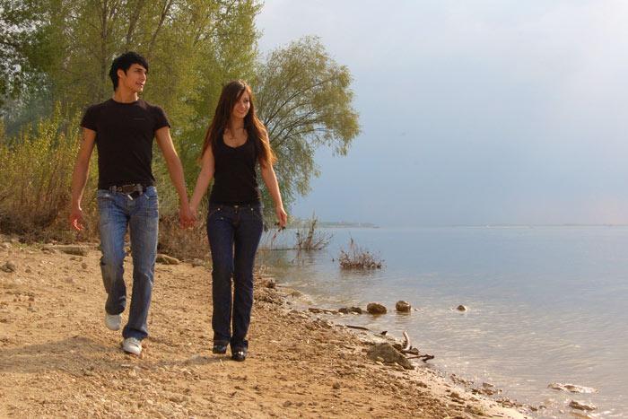 Девушка с парнем на речке