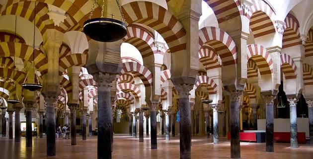 Interior de la Mezquita de Córdoba, turismo y viajes