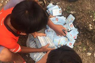 Karung berisi ribuan KTP elektronik (e-KTP) ditemukan berserakan di area sawah yang berada di Jalan Karya Bakti III, Kelurahan Pondok Kopi, Kecamatan Duren Sawit, Jakarta Timur, Sabtu (8/12/2018).Kompas.