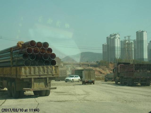 写真1 昆明の高速道路周辺の開発風景(昆明空港へ向かう車中から撮影)
