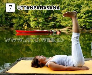 Yoga Uttanpadasana untuk hilangkan perut buncit.