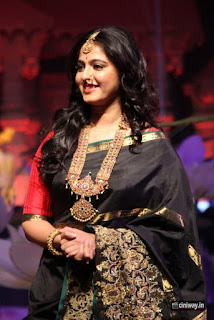 Anushka-Stills-at-An-Ode-to-Weaves-and-Weavers-Fashion-Show