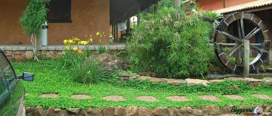 Execução dos caminhos de pedra moledo com a construção do lago e da roda d'água com a execução do paisagismo.