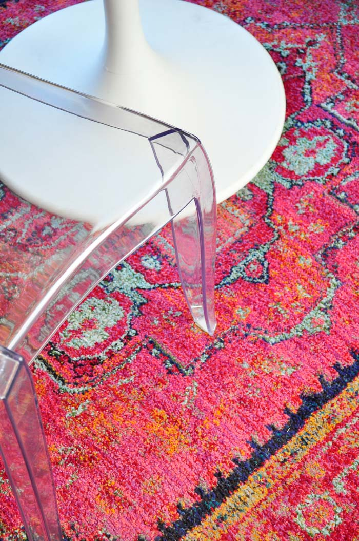 An eclectic dining room makeover for under $100. The space is glam and features pink, black, white and gold accents. (Oriental Weavers Kaleidoscope rug)