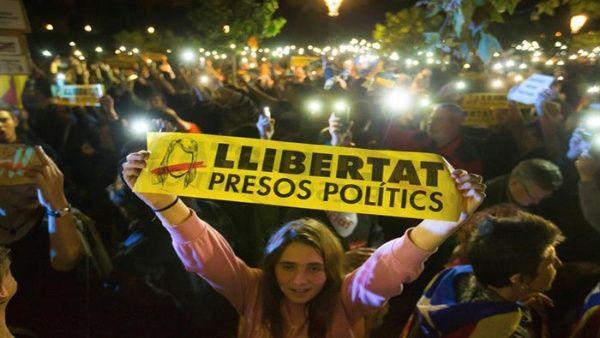 Miles de catalanes exigen liberación de funcionarios detenidos