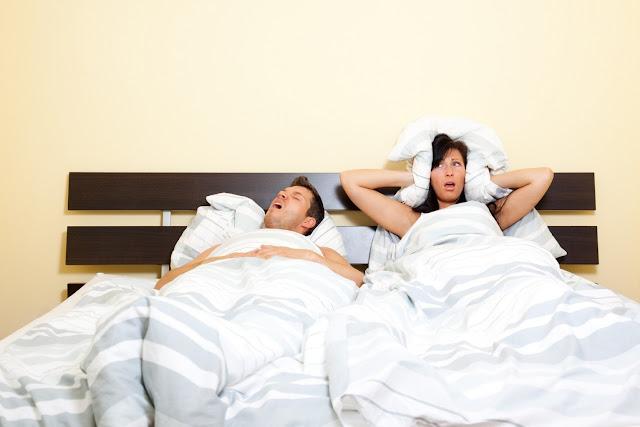 Couple au lit - Homme ronfleur