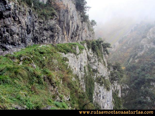 Ruta de las Xanas y Senda de Valdolayés: Paredes sobre el desfiladero
