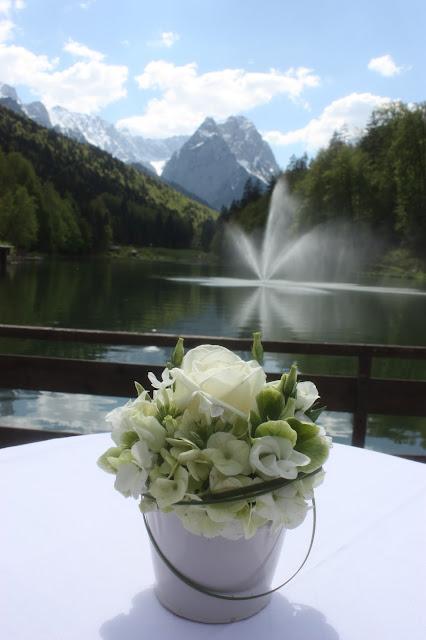 Mai-Hochzeit am Riessersee in Garmisch-Partenkirchen in Maigrün und Weiß - Heiraten in Bayern