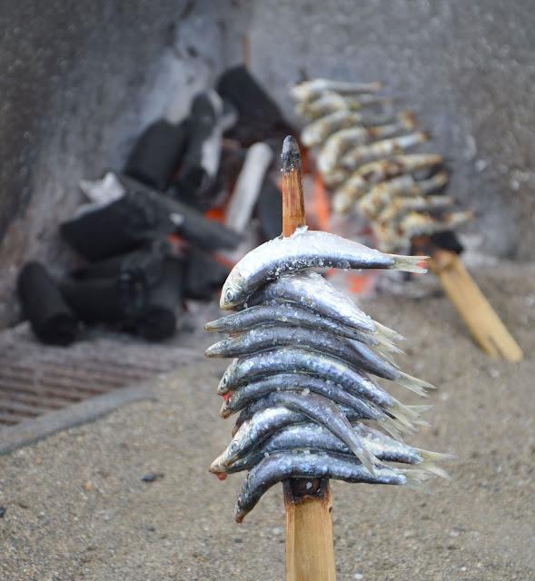 sardynki pieczone na węglu drzewnym na łodziach z piaskiem.