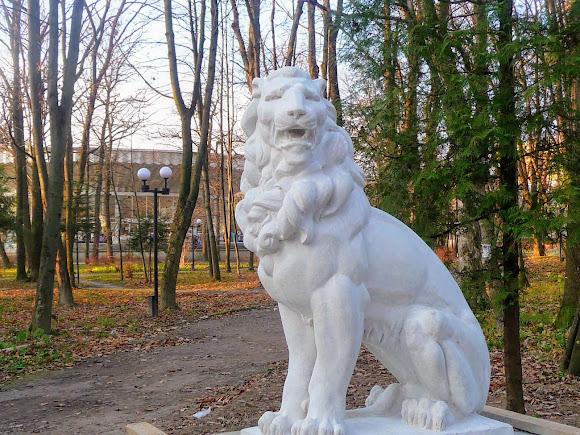 Моршин. Ул. Ивана Франко. Сквер. Скульптура льва