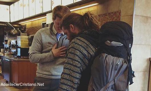 Gerente de restaurante orando por indigente
