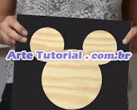 Quadrado de madeira com silhueta do Mickey Mouse, da Disney