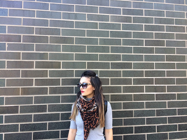 Chelsea boots, jersey dress. how to style chelsea boots, how to wear a backpack. backpack, leopard print scarf, chicago outfit, kako nositi ravne cizme, fall outfit, how to wear a dress for fall, express boots