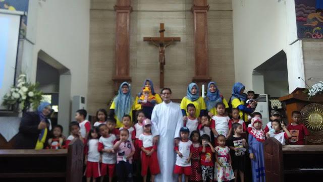 Murid-murid Muslim Kunjungi Gereja Katolik Menuai Pujian