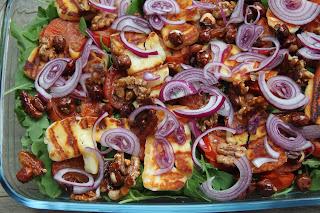 Sałatka z serem haloumi, pieczonymi pomidorami i orzechami w miodzie