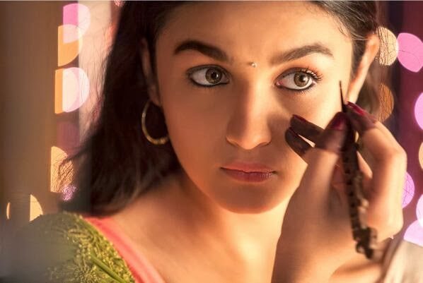 Alia Bhatt as Ananya applying kajal in a still of 2 States